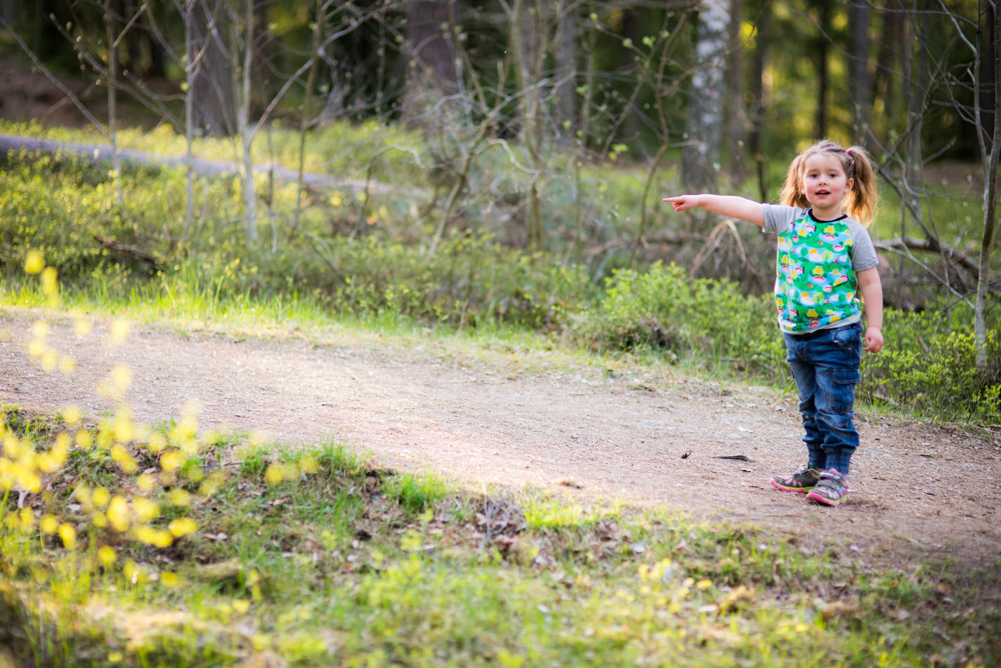 flicka som utforskar skogen